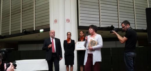 Françoise Lesconnec, adjointe à l'Environnement, recevant le trophée pour la Ville de Rouen